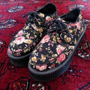 Creepers med blommönster och 5cm platå  . Köpta på Ebay.