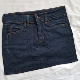 En mörkblå kjol från Acne Action jeans, väldig skön och bekväm men ganska kort. Går ner till mitten av låren. Använd 1 gång så den är väl bevaren. Köparen står för frakten!🌻