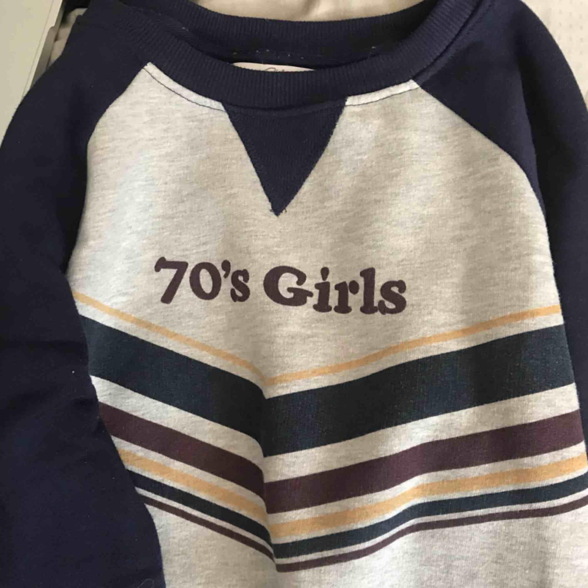 """Tjocktröja med texten """"70s girls"""". Så söt men har tyvärr inte kommit till användning så ofta. Väldigt mycket retro-vibe. Tröjor & Koftor."""