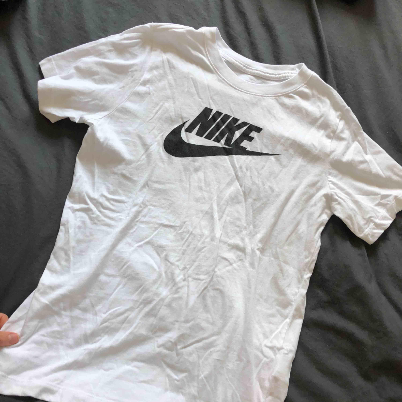 Storlek S (L i barnstorlek). Köpt på stadium, använd endast en gång!. T-shirts.