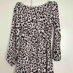 Klänning med leopardmönster. Superfin!! 🐆