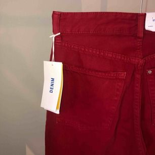 Vinröda high waist (högmidjade) jeans. Oanvända prislapp sitter kvar. Storlek 27. Tvättas i 30 grader och kan torktumlas. Finns att hämta i Norrköping elr fraktkostnad på  55kr. 💕