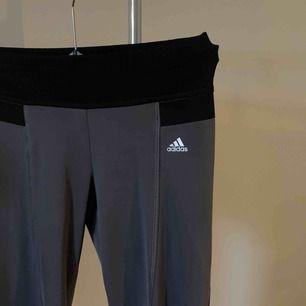 Utsvängda träningbyxor ifrån Adidias. Använd 1-3 gånger. I storlek xs. Tvättas i 30 grader och hängtorkas. Finns att hämta i Norrköping elr fraktkostnad på 29kr. 💕