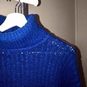 Blå stickad tröja med polokrage. I storlek XS men passar S. Tvättas i 30 grader och hängtorkas. Finns att hämta i Norrköping elr fraktkostnad på 50kr. 💕