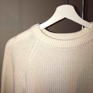 Vit stickad tröja ifrån Ginatricot. Använd 2-4 gånger. I storlek S. Tvättas i 30 grader och hängtorkas. Finns att hämta i Norrköping elr fraktkostnad på 50kr. 💕