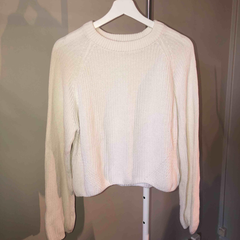 Vit stickad tröja ifrån Ginatricot. Använd 2-4 gånger. I storlek S. Tvättas i 30 grader och hängtorkas. Finns att hämta i Norrköping elr fraktkostnad på 50kr. 💕. Stickat.