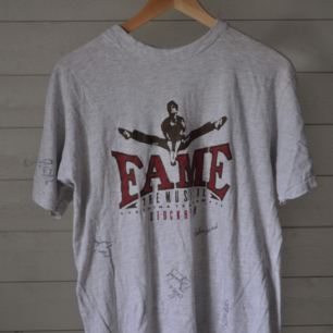 Fame tshirt med signaturer, storlek small. Obs se det lilla hålet på den tredje bilden.