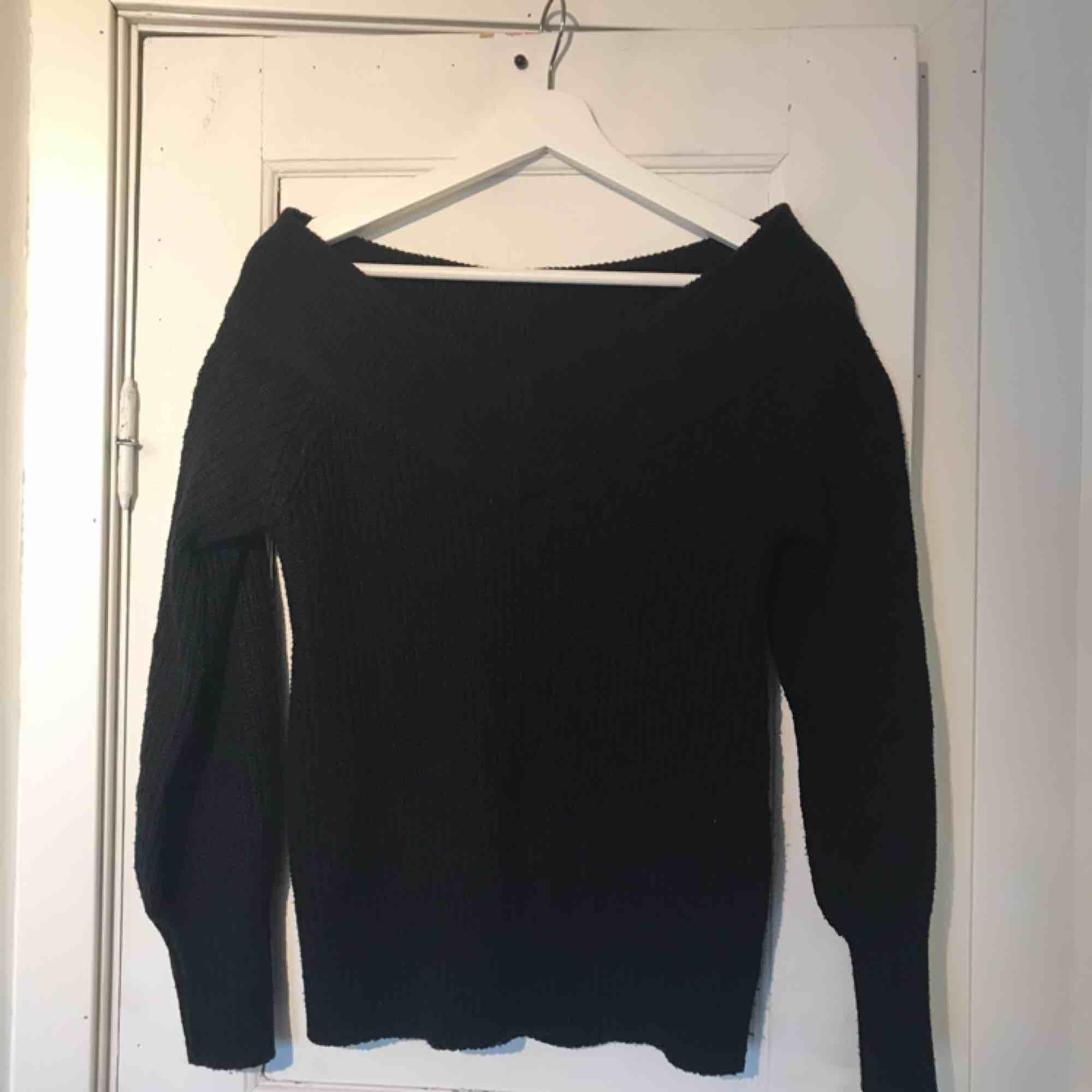 Off shoulder tröja, stickad. Från GinaTricot. Använd fåtal gånger. Säljer för 80kr, köpare står för frakt. Tar endast swish. . Stickat.