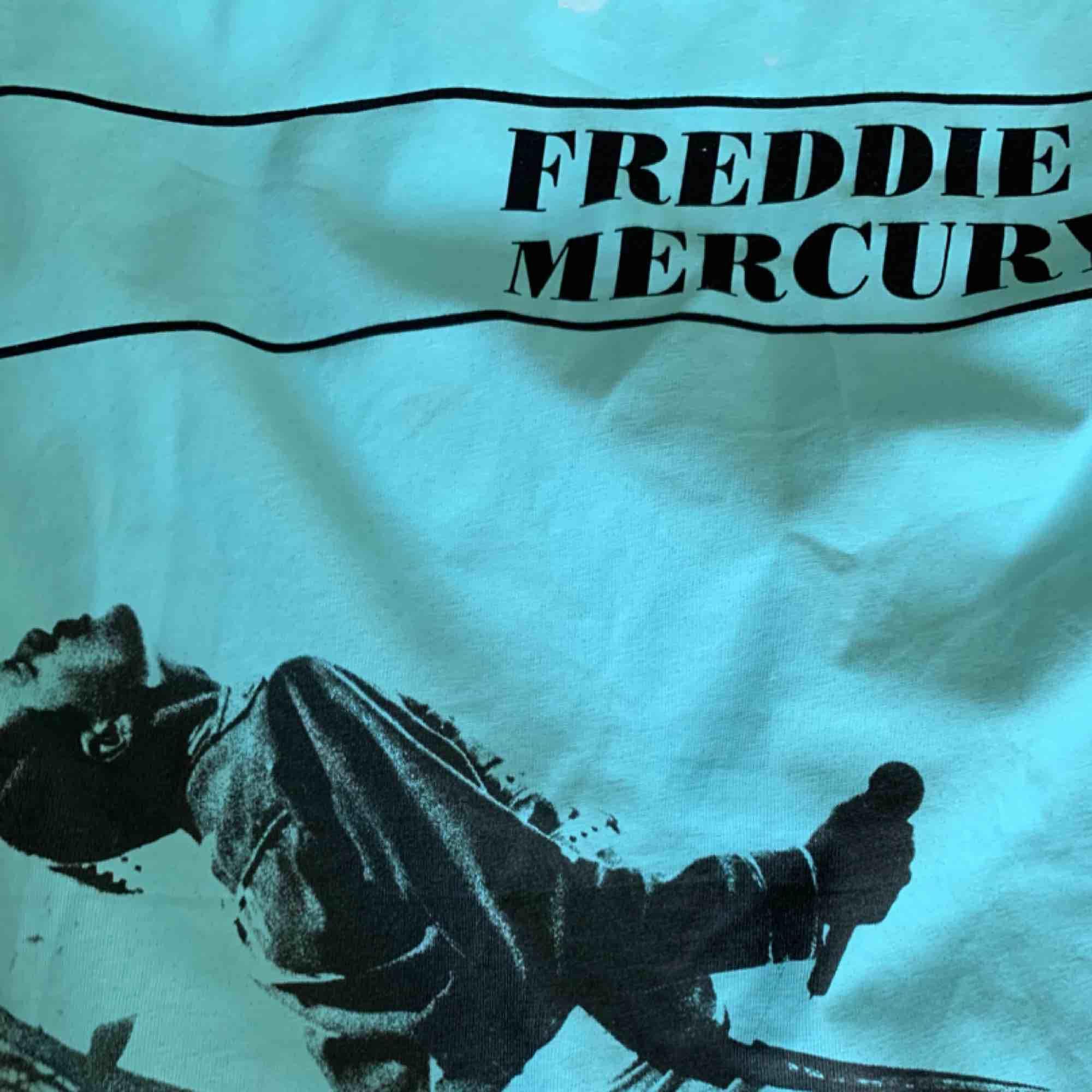 Svart Freddie mercury t-shirt från zara, helt ny aldrig använd. Köpt för 139kr. Skriv för fler bilder. . T-shirts.