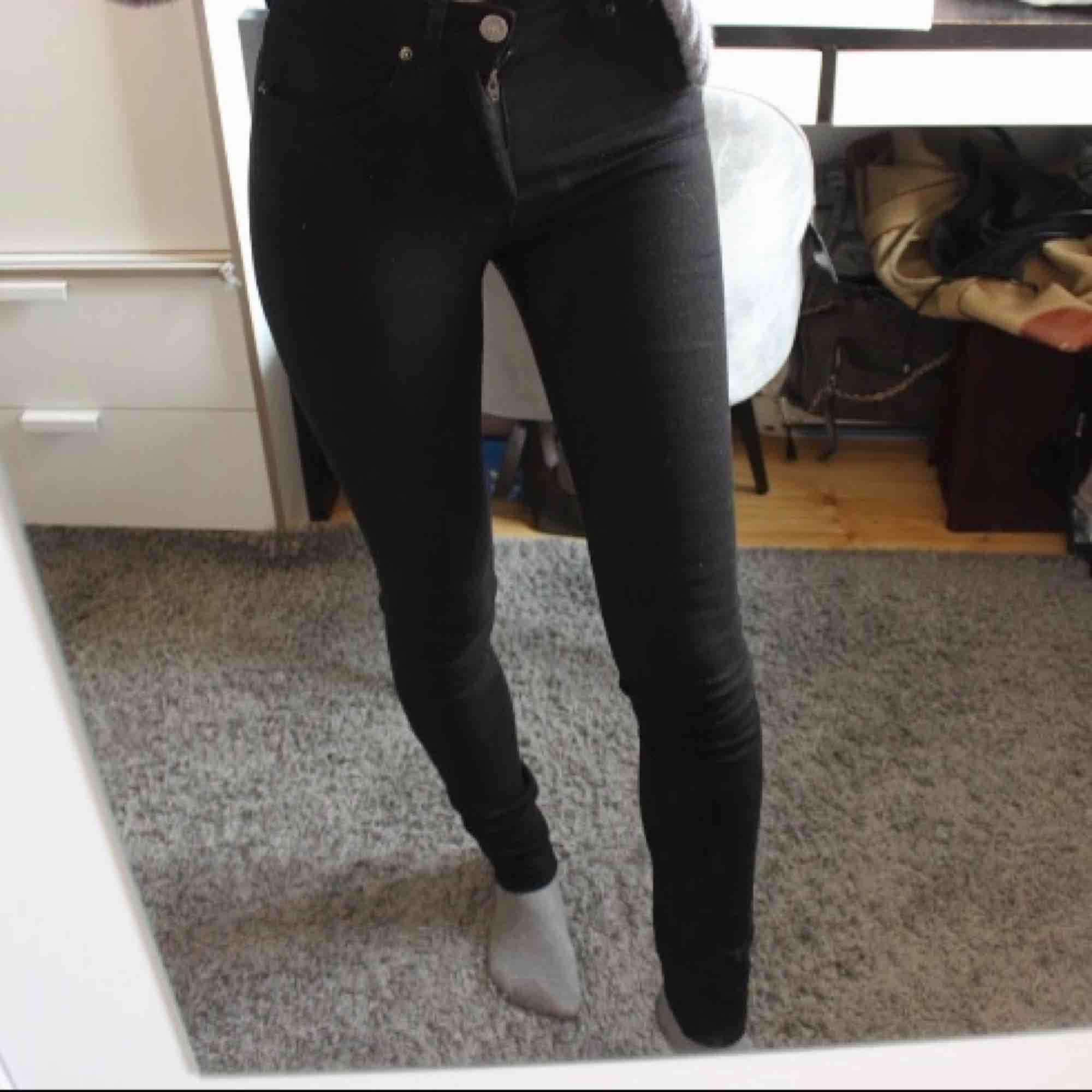 Svarta basic jeans med högre midja från Acne! Köpta dyra men dem är tyvärr små i storlek så passade inte mig :( Frakt: 59:- ☺️. Jeans & Byxor.