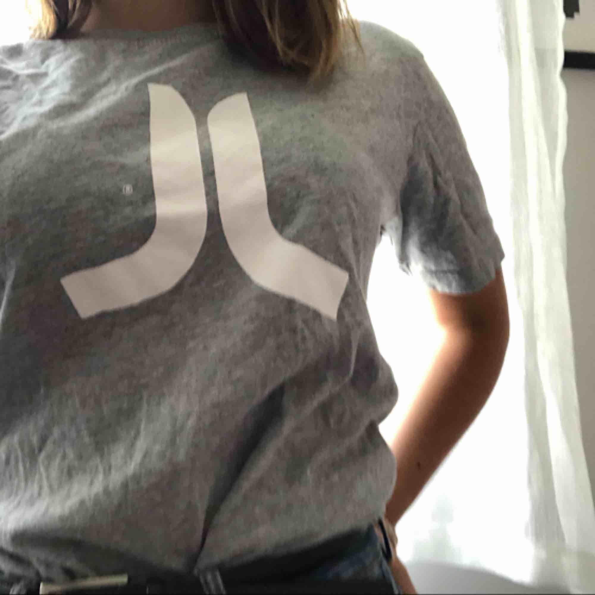 Snygg tisha som nt kmr till användning  Kan frakta :) . T-shirts.