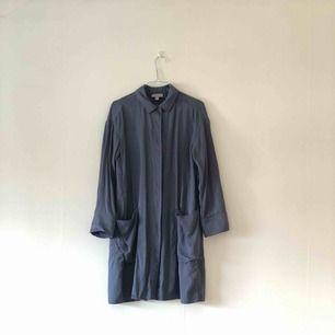 Cos Blå skjorta kan även användas som jacka Finns i Malmö eller skickas. Köparen står för frakten
