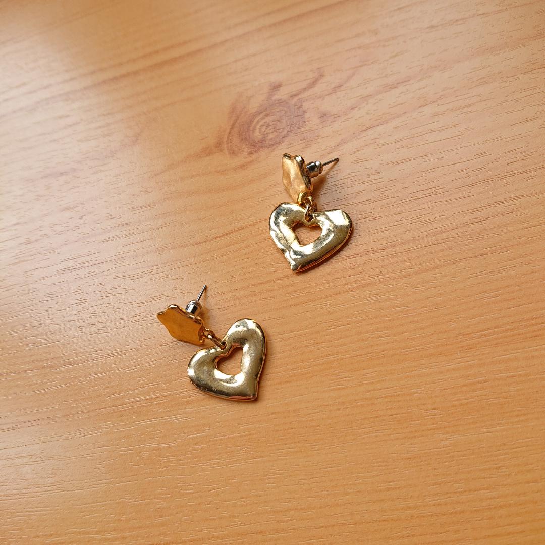 Guldfärgade örhängen i bra skick! . Accessoarer.
