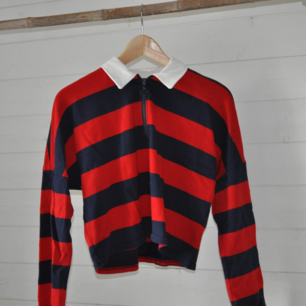 Fin cropped tröja från monki. Storlek xs men är lite större i storleken. Fint skick!
