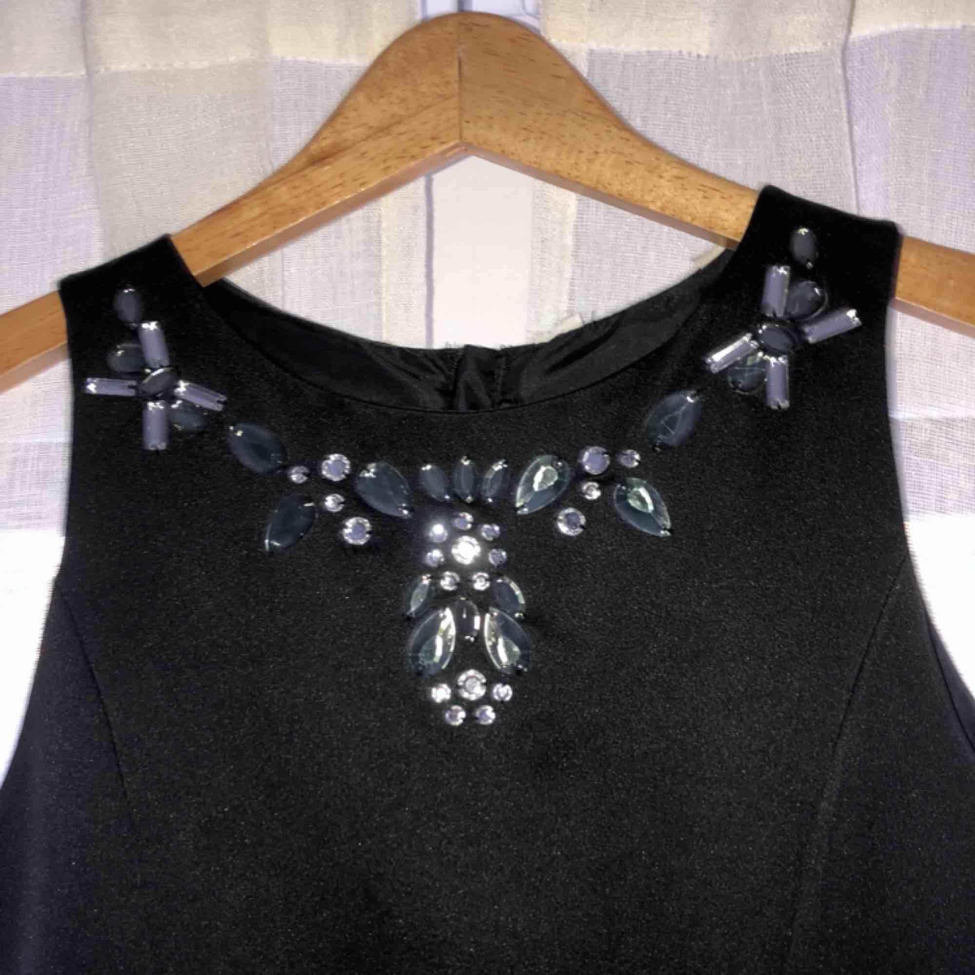 Jätte fin klänning i storlek XS. Köpt för ca 1000kr Säljes för 400kr Material: siden. Klänningar.