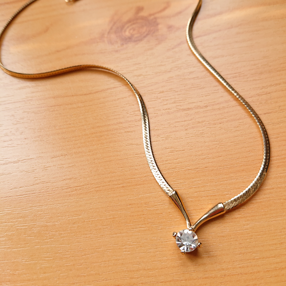 Guldfärgat halsband i bra skick!. Accessoarer.