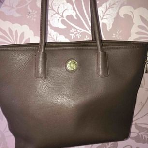 Snygg väska från Don Donna. Köpt på Drottninggatan. Fint skick och nästan nt använd  Kan frakta annars mötas upp i Sthlm