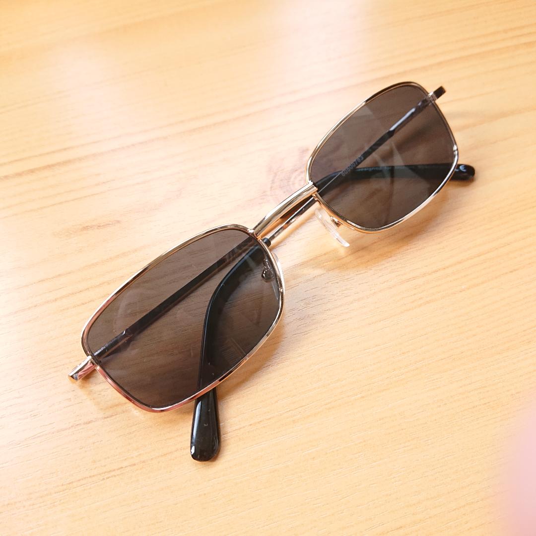 Mindre solglasögon i kantig modell. Trendiga och i bra skick! . Accessoarer.