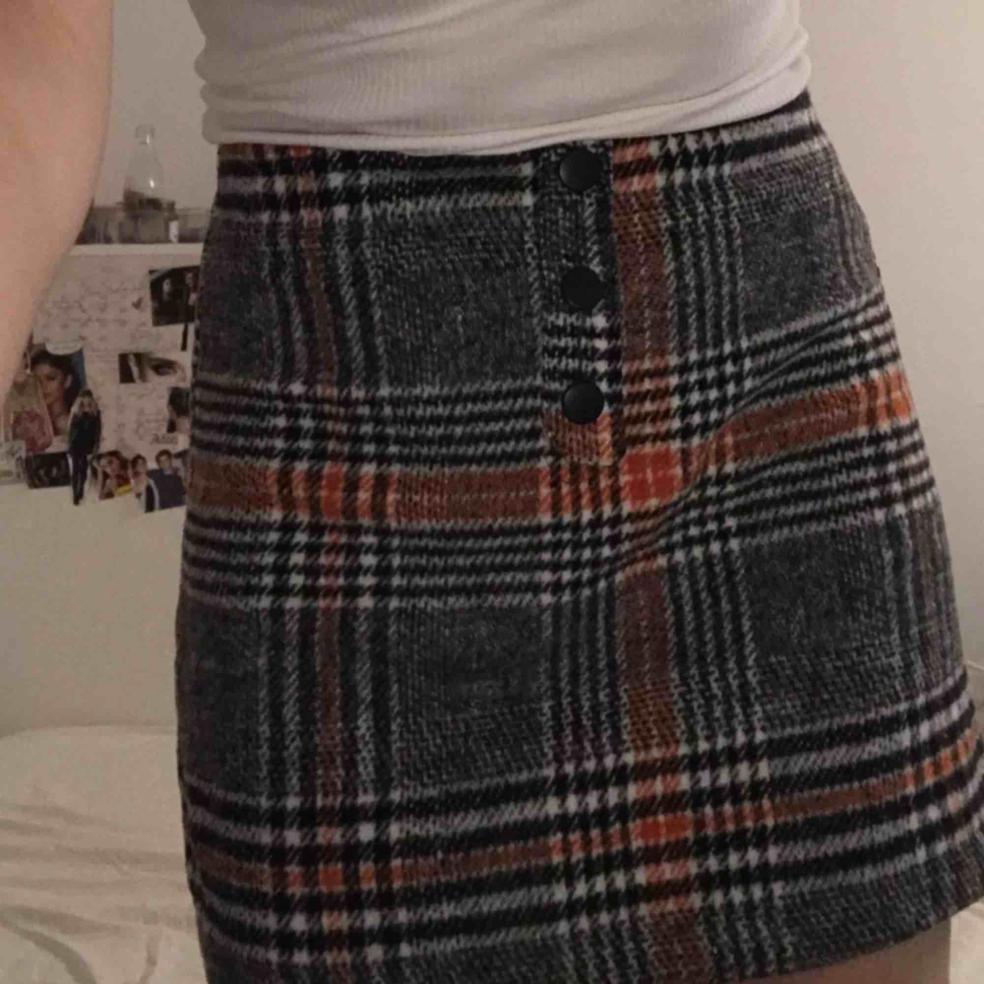 Söt kjol ifrån primark i storlek 6 vilket jag skulle säga motsvarar en XS/S. Kjolar.