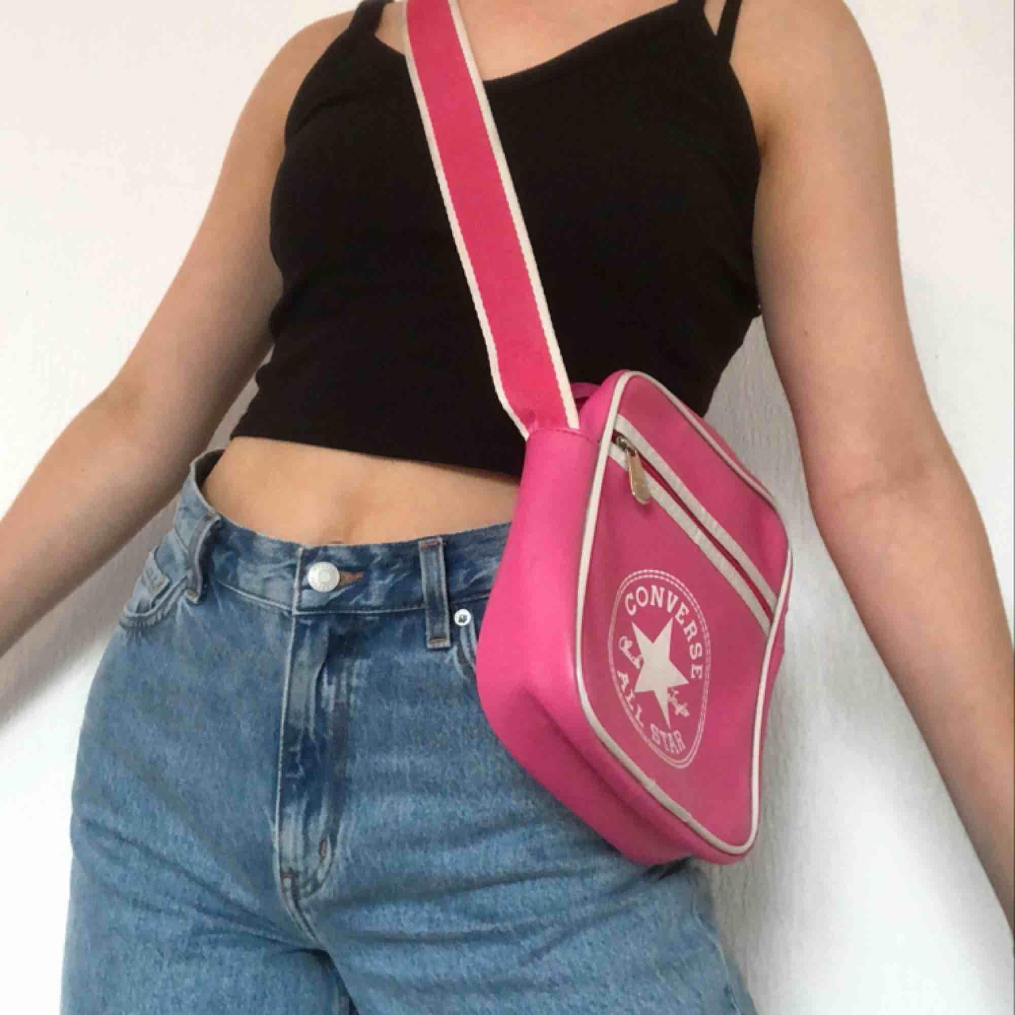 Ascool Y2k väska från converse. På väskan står det converse all star och även chuck Taylor vilket är grundaren till märket. Frakt tillkommer på 30 kr. Accessoarer.