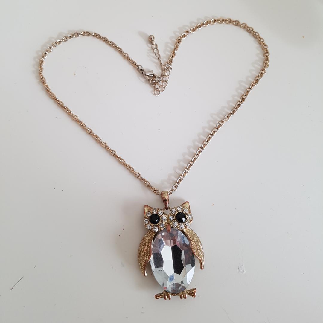 Ett jättegullit halsband med en guldliknandeliknande uggla med diamant ditaljer som passar bra till allt. Köparen står för frakt (9kr)!🌻. Accessoarer.