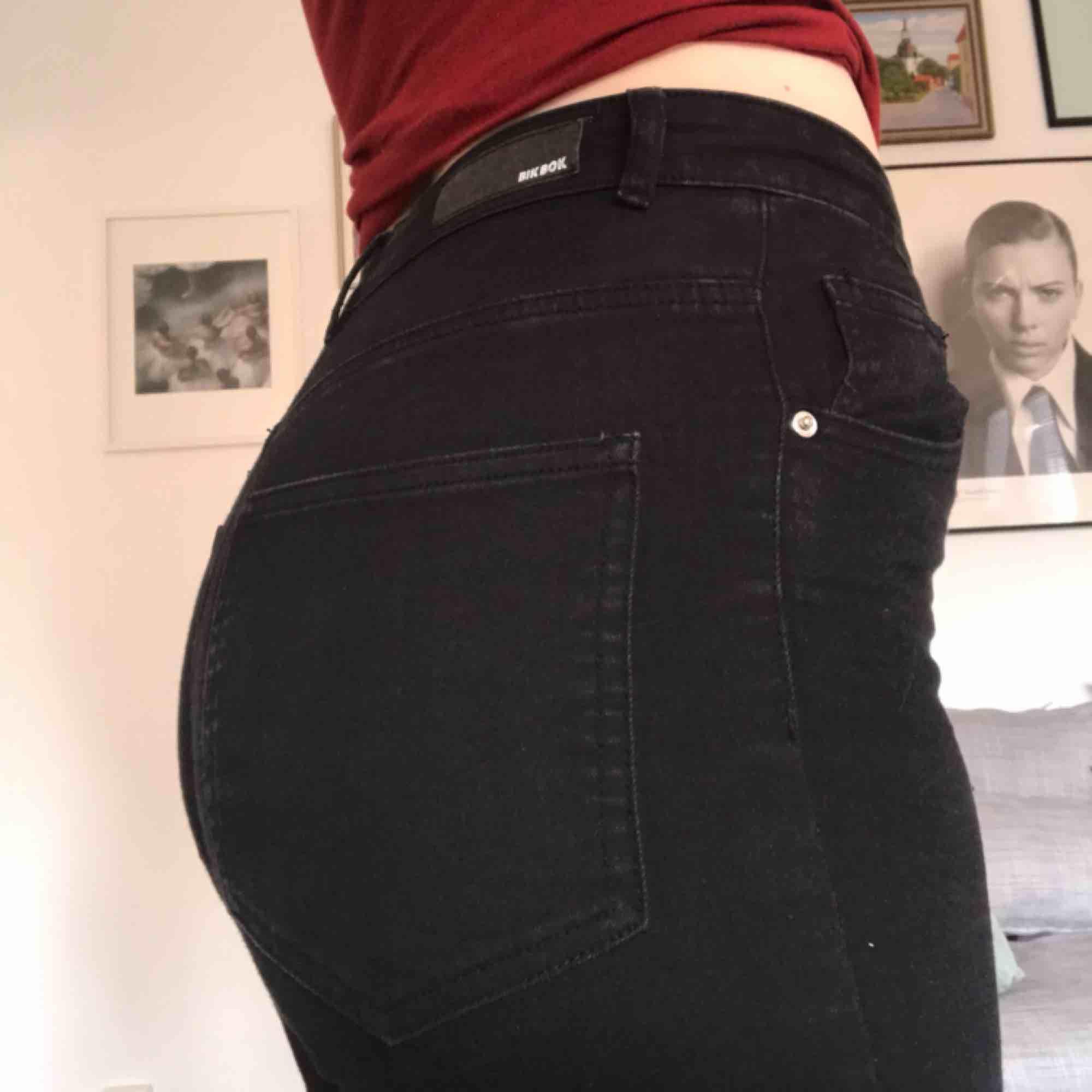 Skinny jeans med bra stretch. De är ifrån bikbok och knappt använda. Hög midja. . Jeans & Byxor.