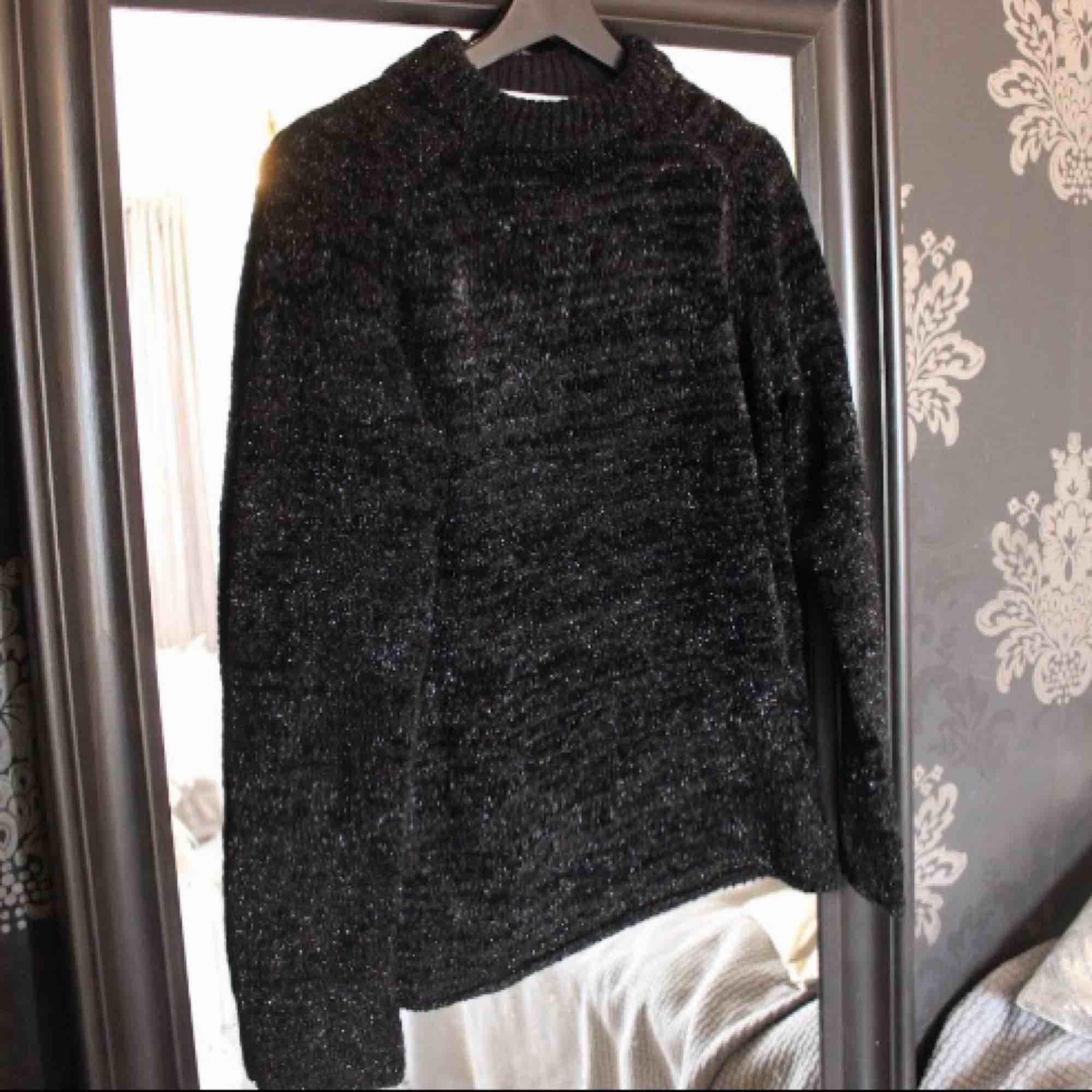 Oanvänd svart tröja med glitter från & Other Stories 💕 Säljs p.g.a. tyckte om den så mycket så två stycken vilket känns lite onödigt 😅 Storlek xs passar även s. Frakt: 79:-. Tröjor & Koftor.