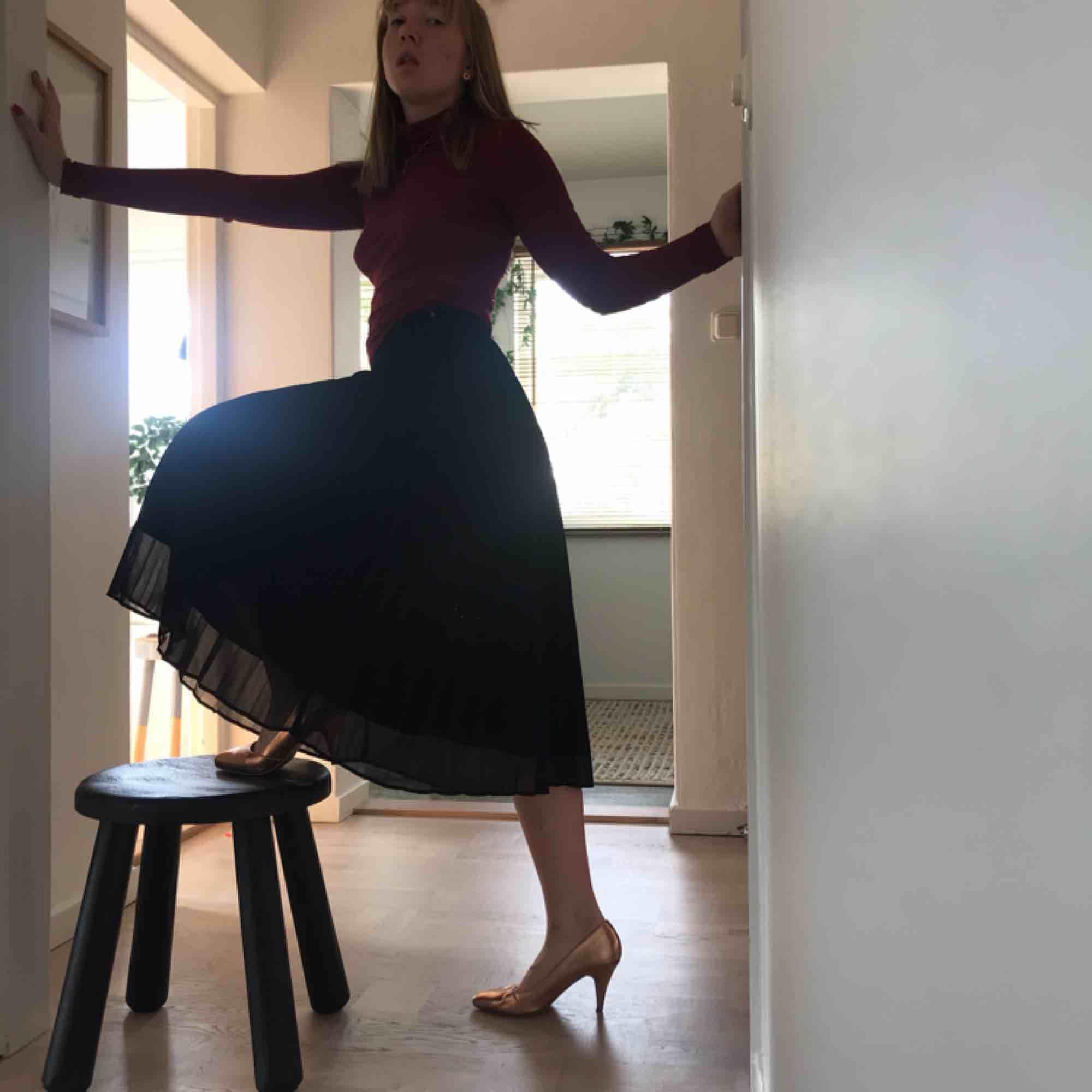 Räfflad kjol med dragkedja som knäppning. Den är inte stretchiga utan sitter som den ska. Flyger när man snurrar som om du vore en prinsessa. Den är ifrån Gina, något år gammal men har haft svårt att hitta användning för den. . Kjolar.