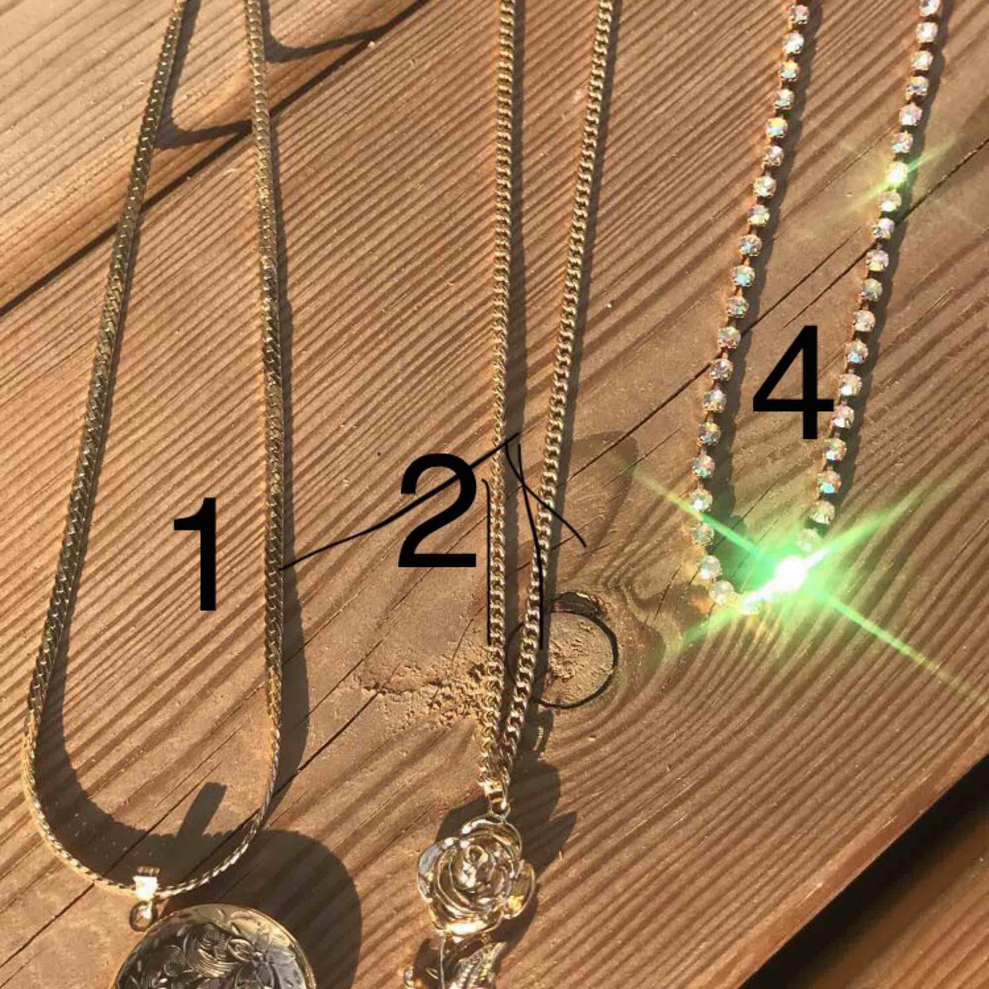 Fina halsband för 20kr styck +9kr frakt (ev. 18kr) Olika modeller i både guld och silver! Skriv om ni vill ha bättre bild på något av halsbanden!💛💛 Nr 2 & 4 & 5 sålda!!. Accessoarer.