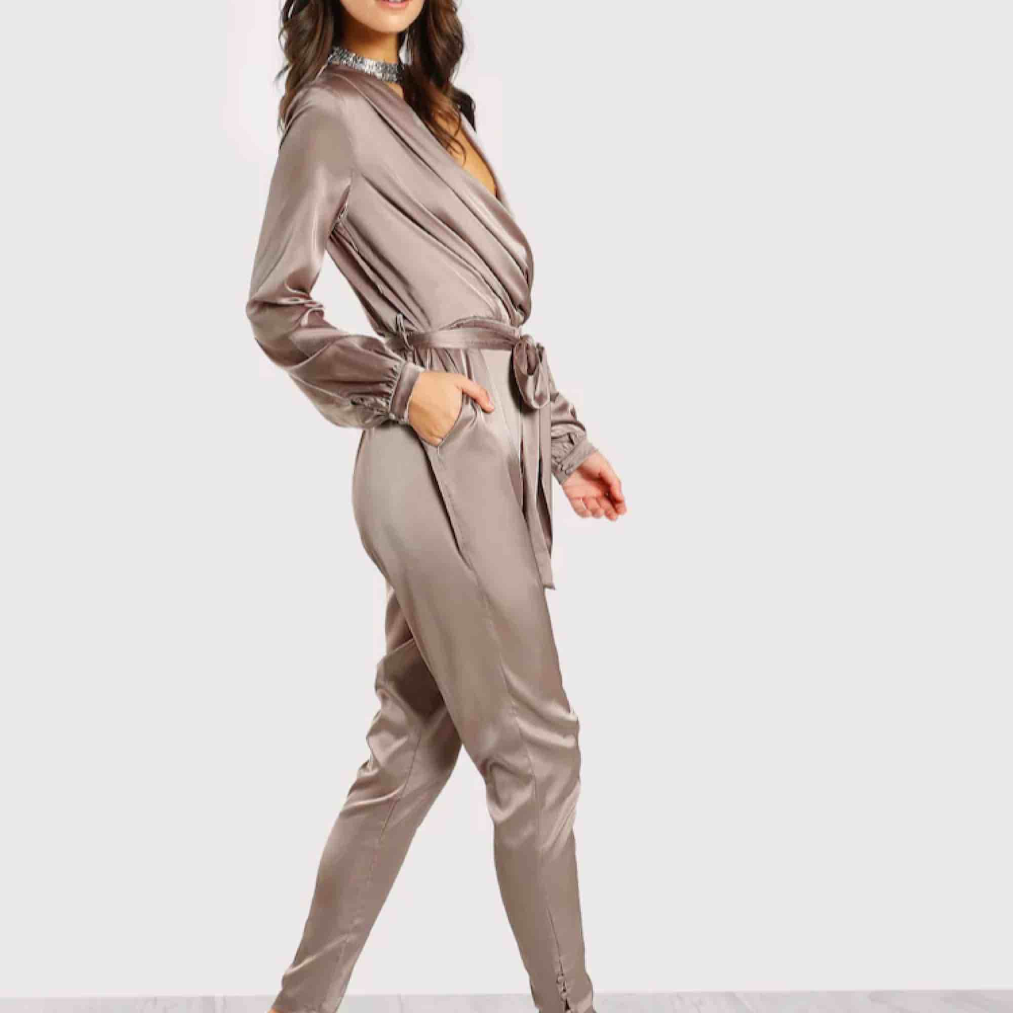 Elegant Shawl Collar Wrap and Tie Satin Jumpsuit. Klänningar.