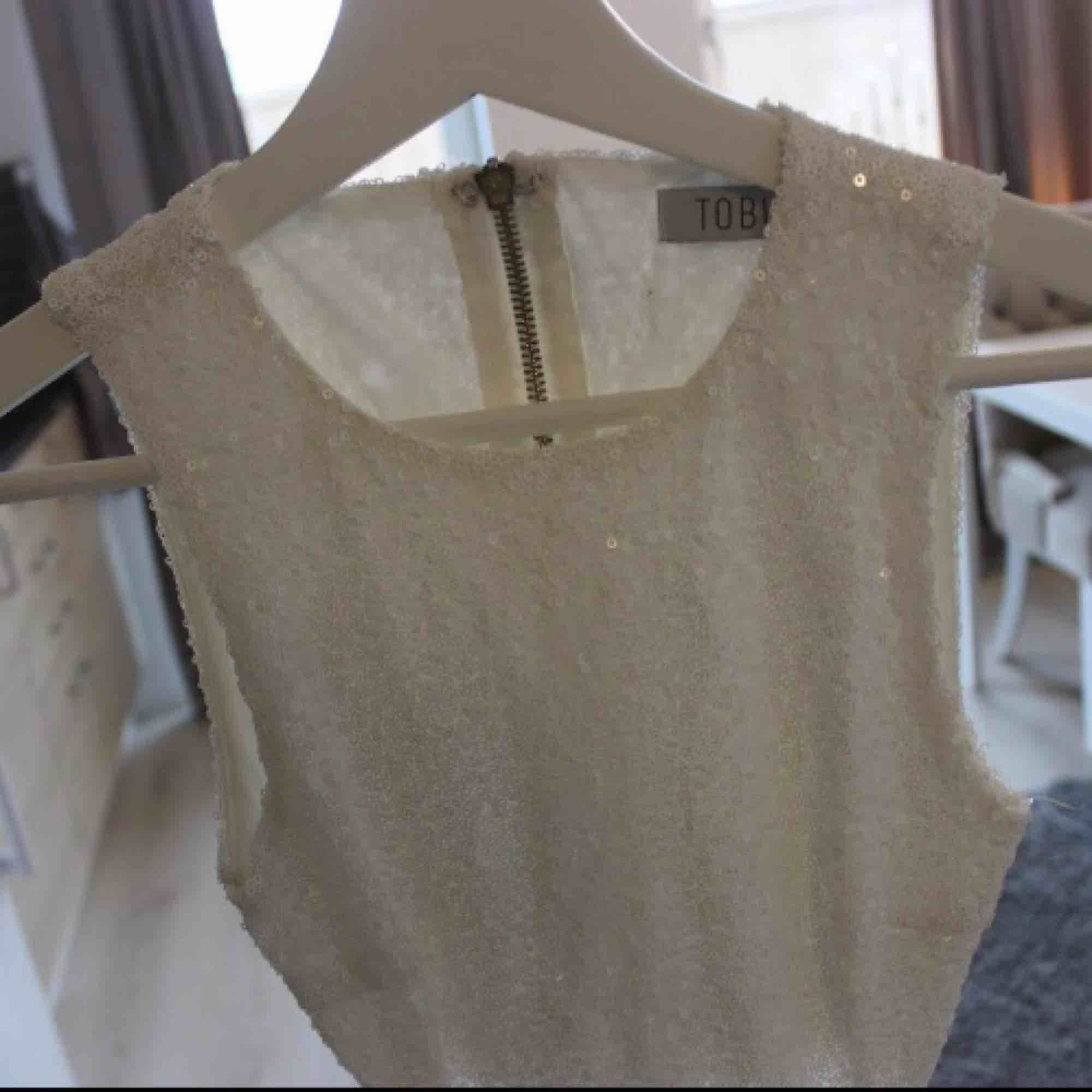 Oanvänd vit paljettklänning i tight modell och cut-out vid sidorna och ryggen💕 Frakt: 59:-. Klänningar.