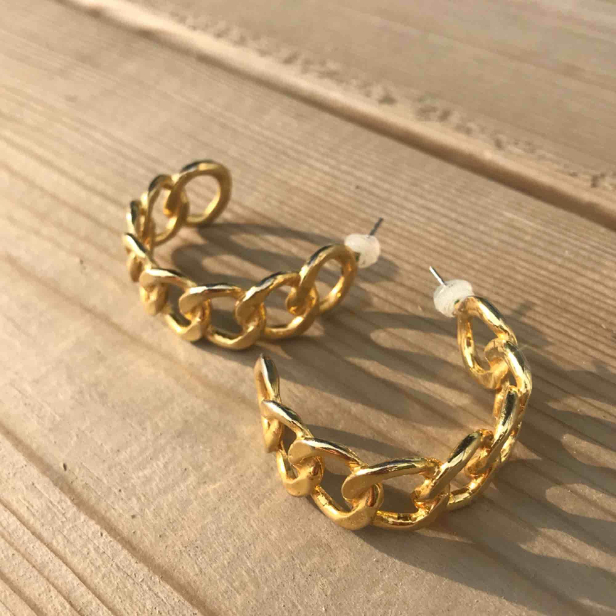 Snygga örhängen i två olika modeller, 20kr styck! Frakt 18kr💛 Passar alla!!. Accessoarer.