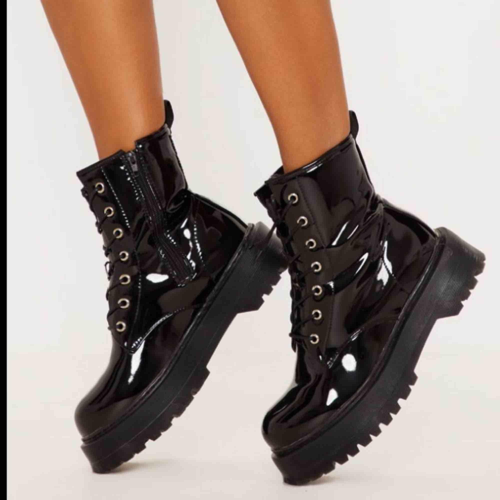 Sjukt snygga lack-boots från PrettyLittleThing. Nyligen köpta och har aldrig använts.  Anledning till varför jag säljer: Dom är för stora då jag beställde fel storlek.😁. Skor.