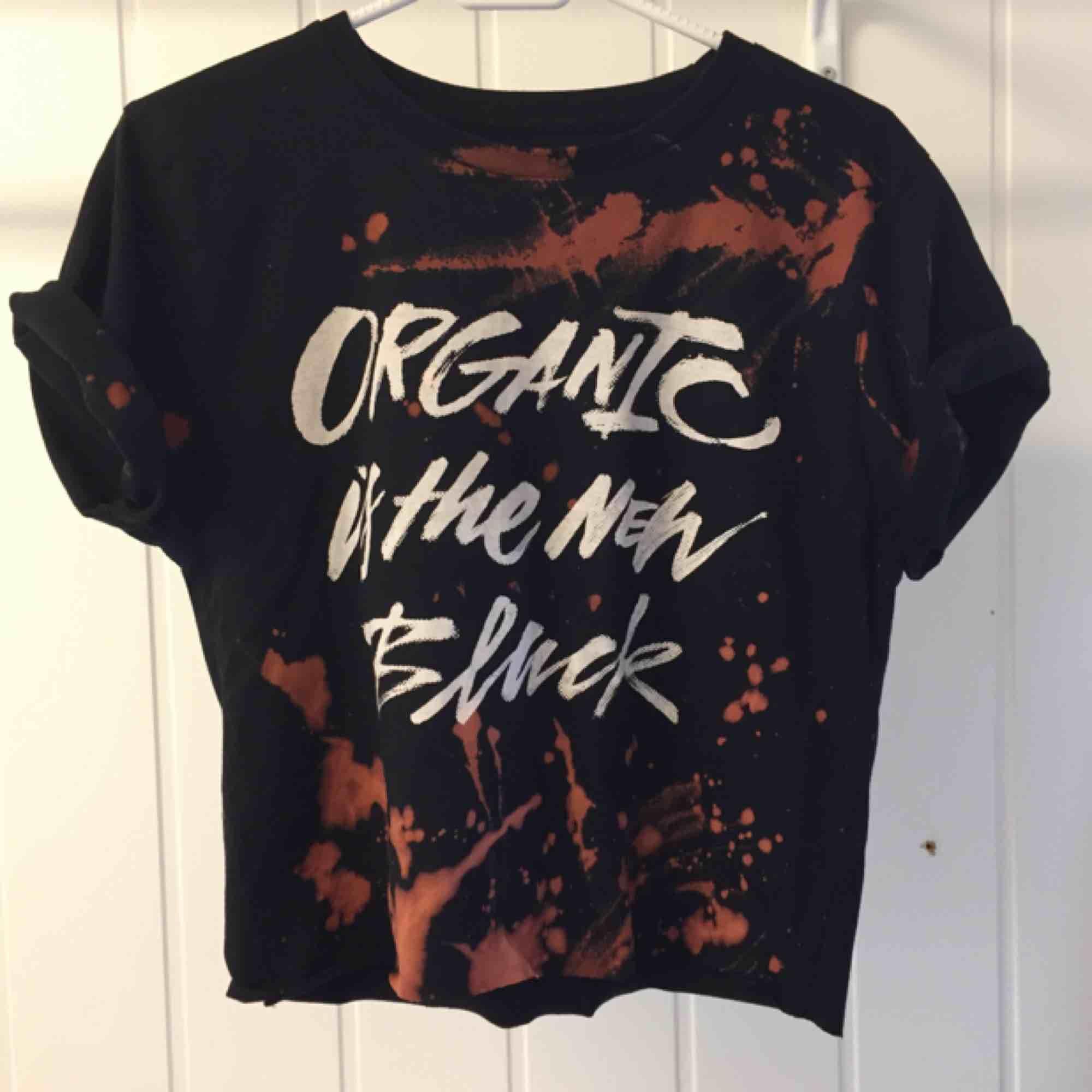 100% organisk cotton. Intressekoll, fint skick! Har själv gjort fläckarna samt klippt tröjan lite kortare. . T-shirts.