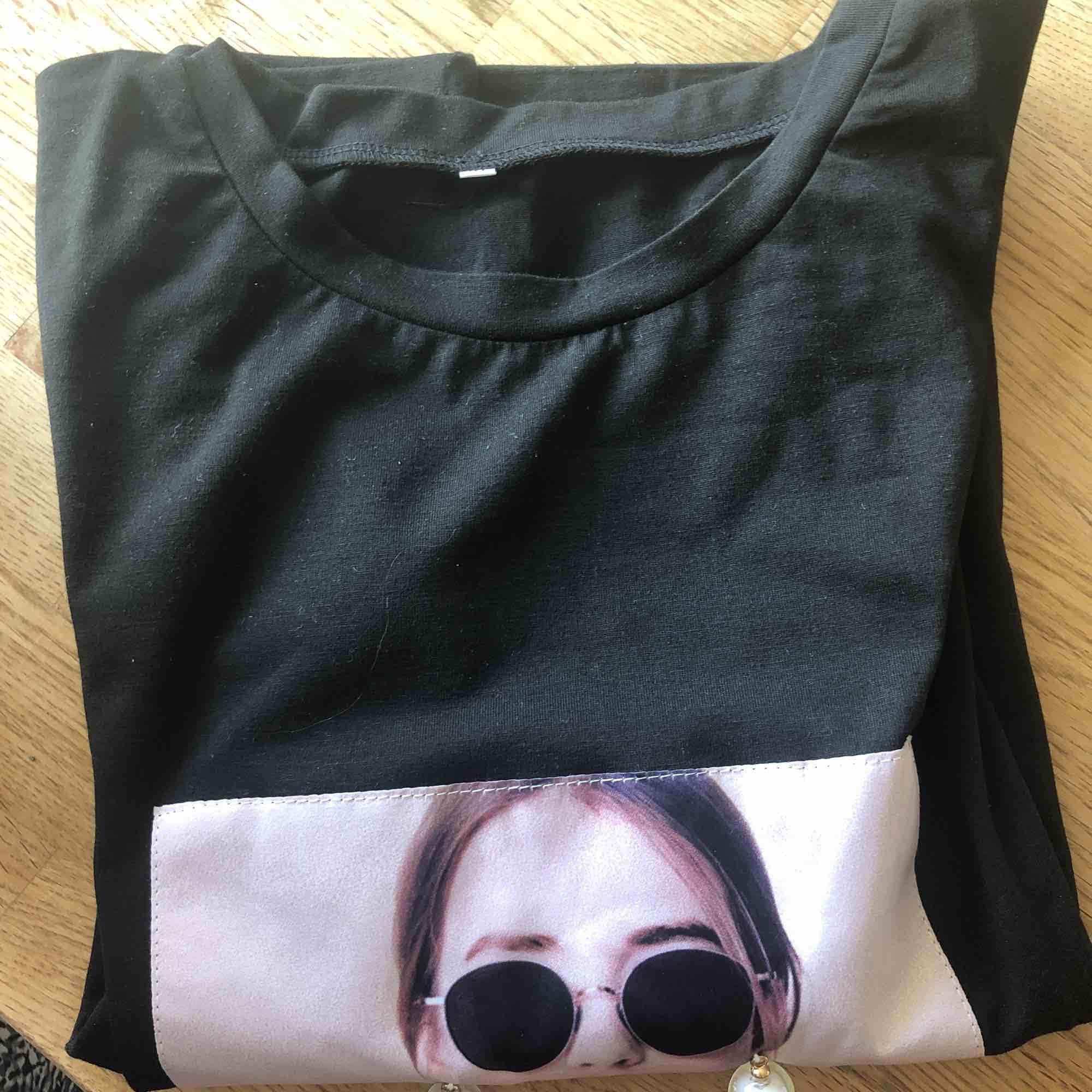 Helt oanvänd t-shirt, riktigt fin! Priset kan diskuteras! Frakt tillkommer men som sagt priser kan diskuteras!  Nypris 100kr . T-shirts.