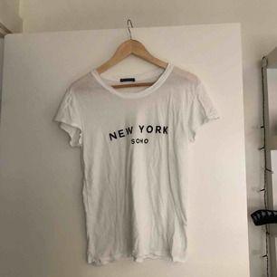 Vit tshirt från Brandy Melville, one size men sitter som en S. Köparen står för frakt!