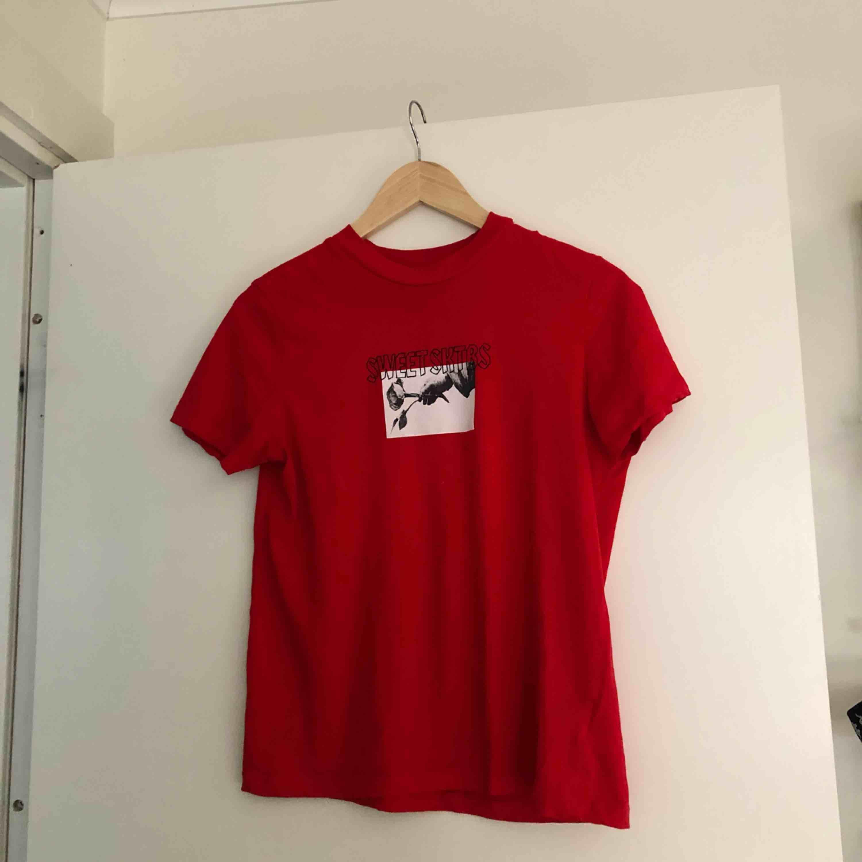 Snygg röd t-shirt från Sweet Sktbs med print. Köparen står för frakt! . T-shirts.