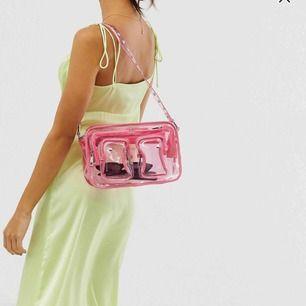 Svinsnygg Nunoo väska! Använd några enstaka gånger men säljs då den inte kommer till användning längre. Den är i modellen Ellie och köptes för 1 200kr. Som helt ny!