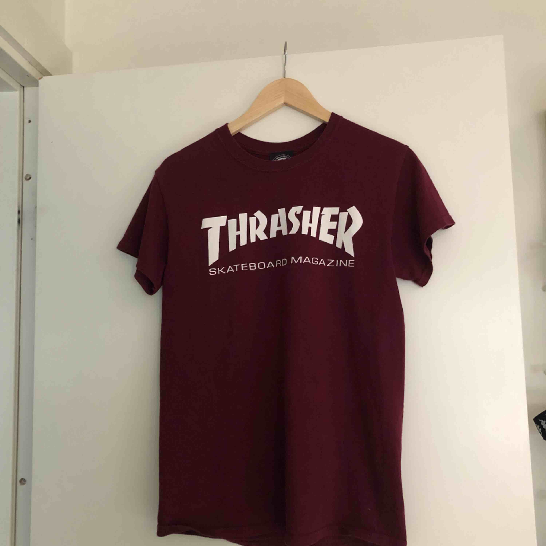 Vinröd t-shirt från Thrasher🔥🔥 köparen står för frakt📦. T-shirts.