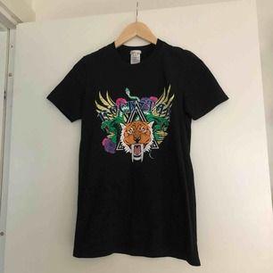 Svart t-shirt med print från NLY trend. Köparen står för frakt📫