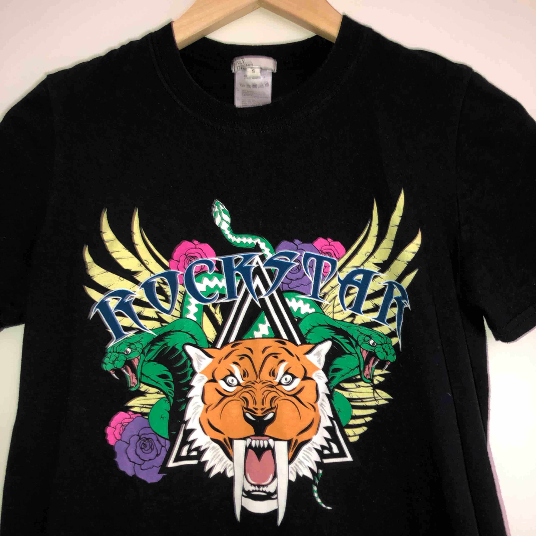 Svart t-shirt med print från NLY trend. Köparen står för frakt📫. T-shirts.