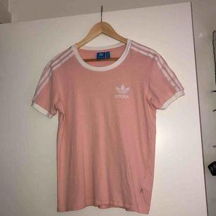 Ljusrosa tshirt från Adidas. Tycker den sitter mer som en S! Köparen står för frakt📦