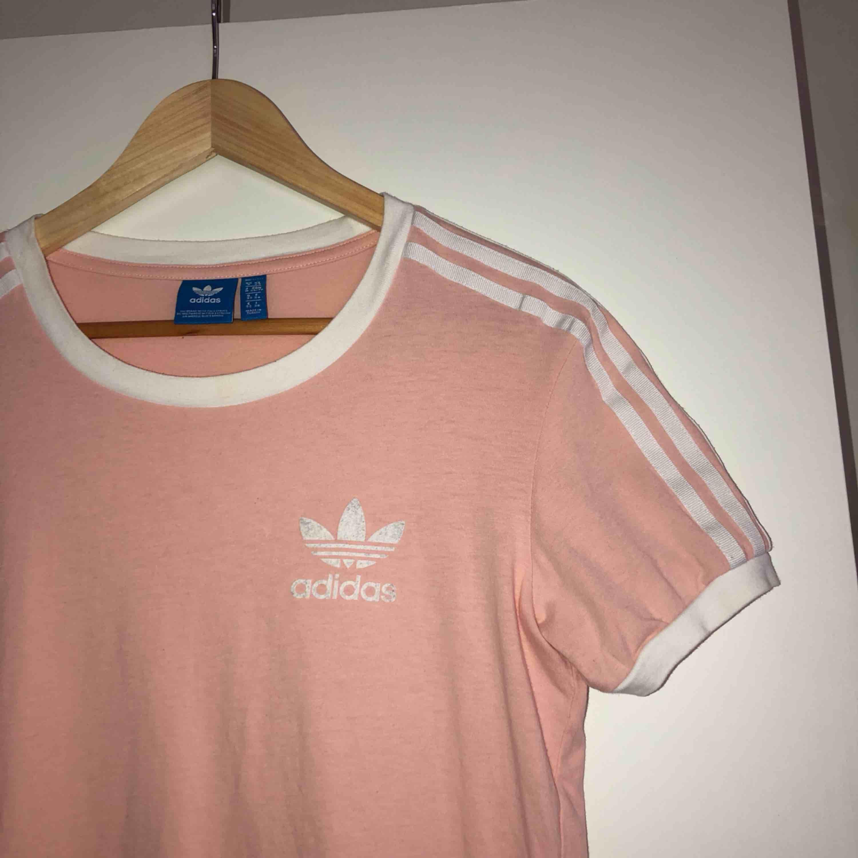 Ljusrosa tshirt från Adidas. Tycker den sitter mer som en S! Köparen står för frakt📦. T-shirts.