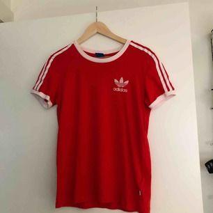 Röd t-shirt från Adidas. Köparen står för frakt📦