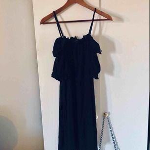 Svart fin offshoulder klänning