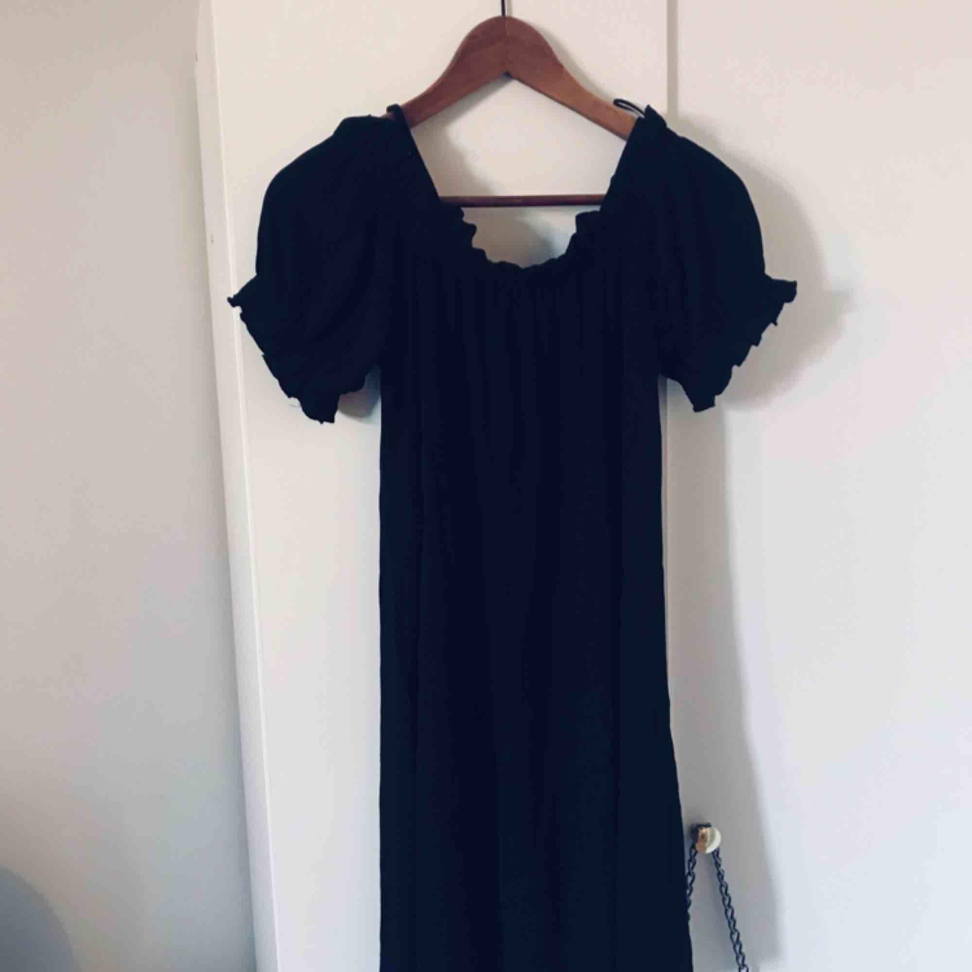 Svart fin offshoulder klänning. Klänningar.