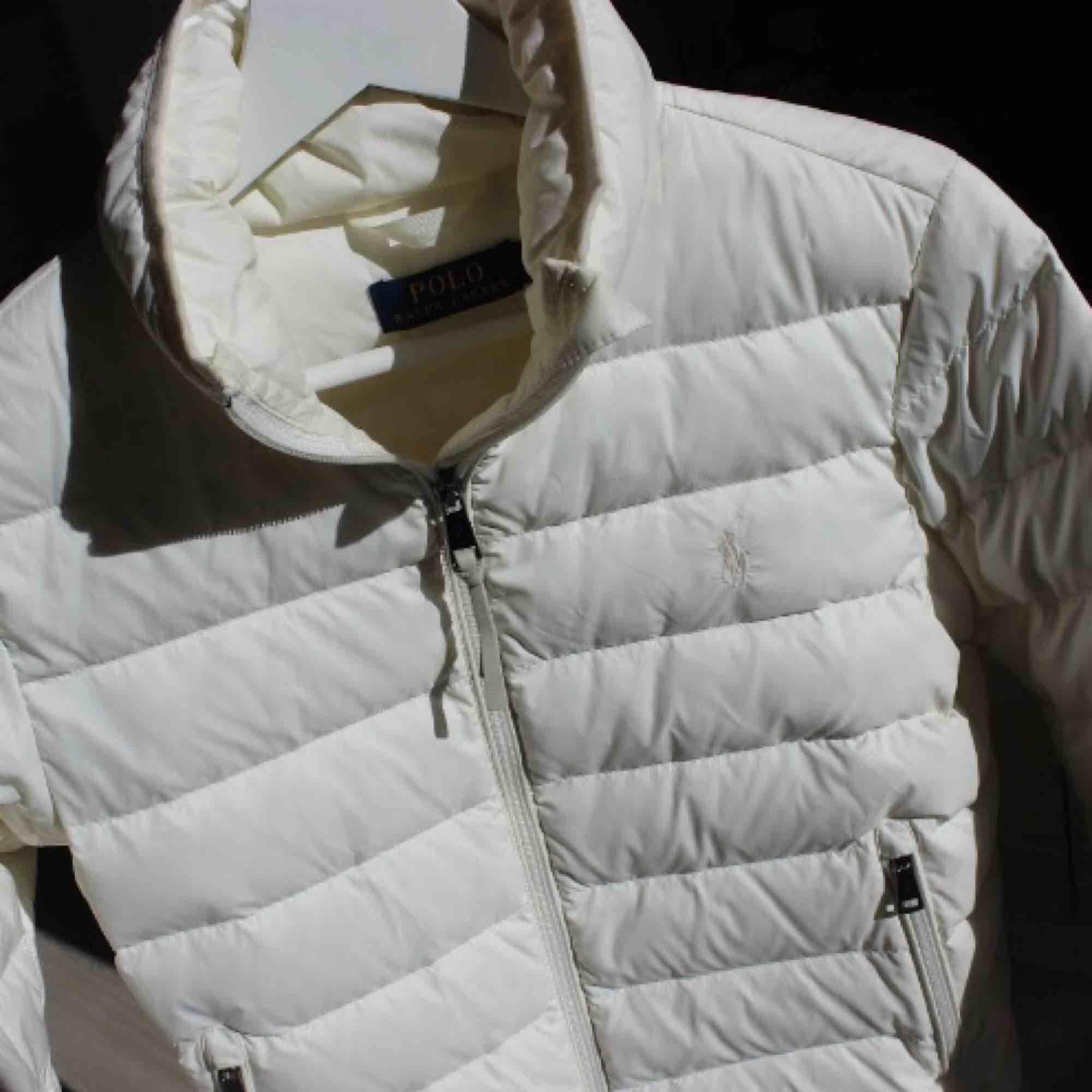 Tyvärr används denna jättefina dunjacka ifrån Ralph Lauren för sällan. Då den är vit är den inte vit som när den var ny, något smutsig på insidan av kragen, men annars fin! Slutsåld!! Ordinarie pris: 2899:- Frakt: 79:- ☺️. Jackor.
