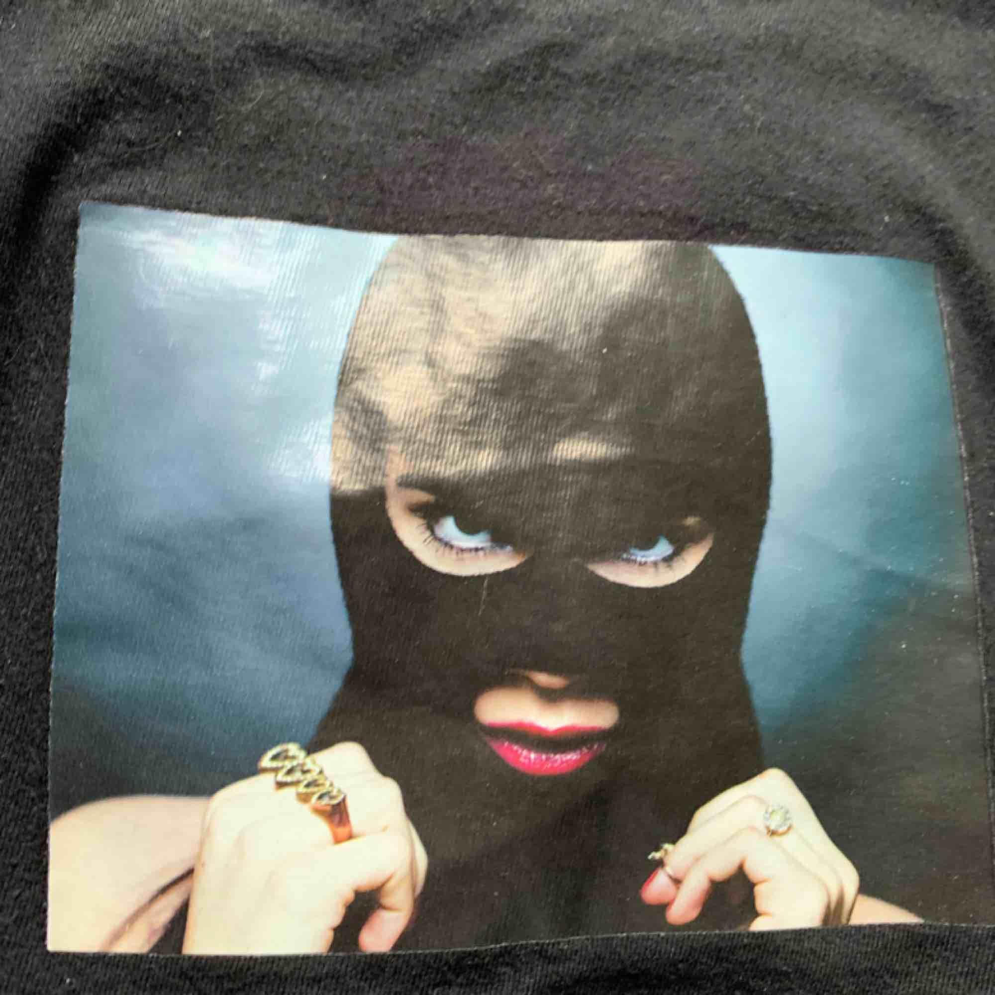 säljer nu min fina svarta t shirt från carlings. Coolt tryck på. Köpare står för frakt✨. T-shirts.