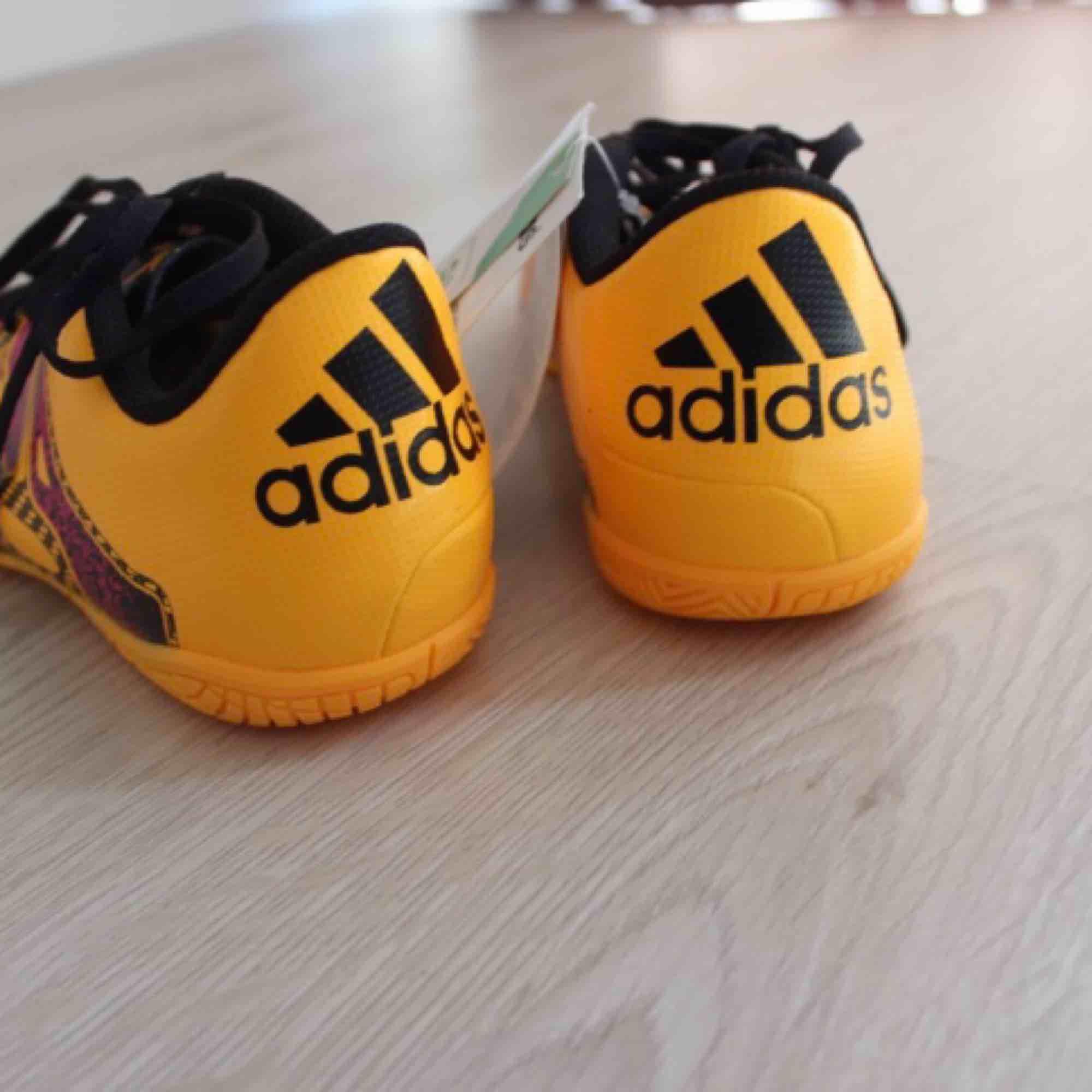 Nya fotbollsskor från Adidas, äkta vara. Storlek 36 2/3. Inomhusskor. Säljes då jag inte fick användning för dem inomhus ☺️Frakt: 89:- . Skor.