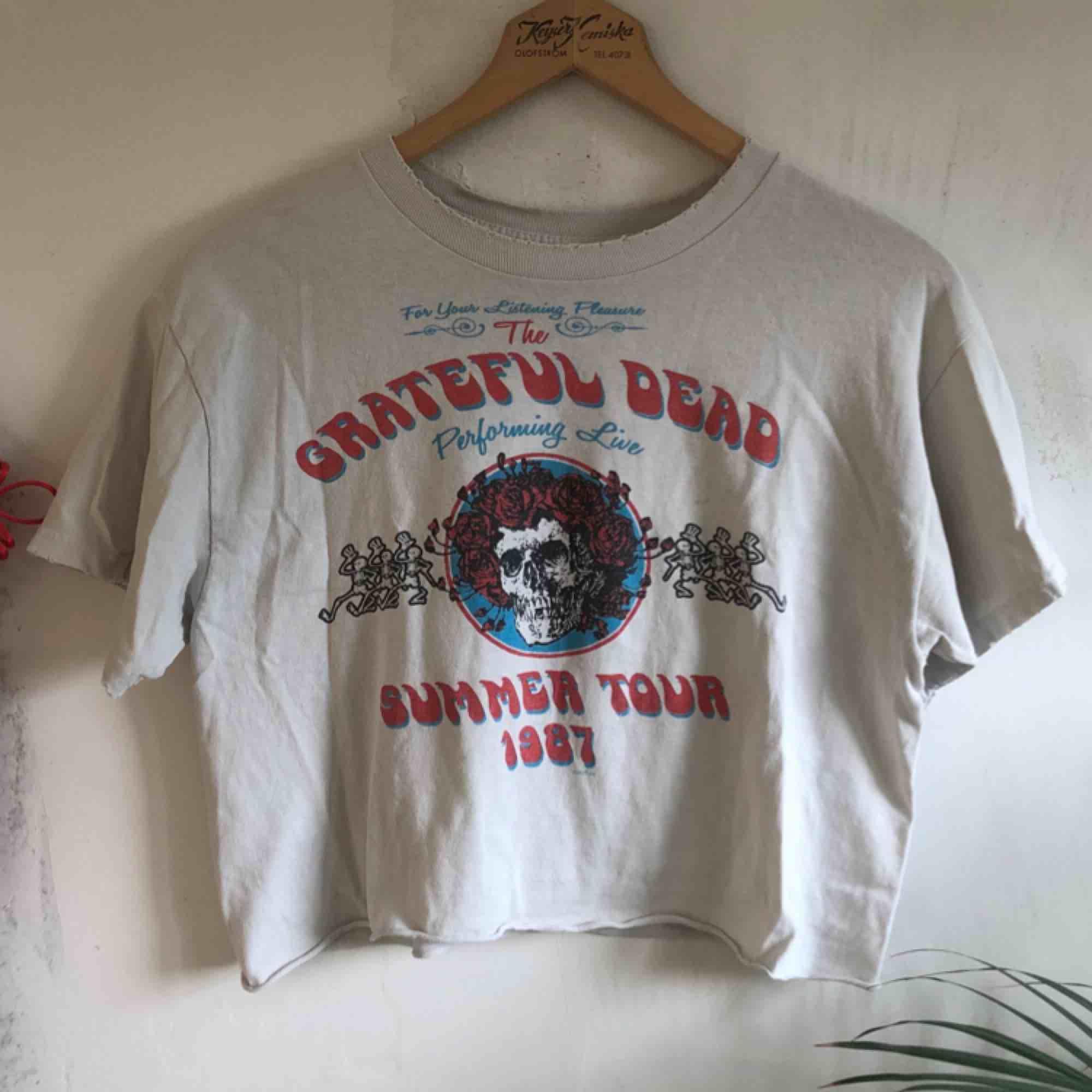 Asball tröja med det asballa bandet Grateful Dead! Köpt på Brandy Melville 💕kolla gärna på allt annat jag säljer💕. T-shirts.
